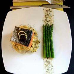 Ricetta Salmone al vapore con asparagi e salsa al vino nobile di montepulciano