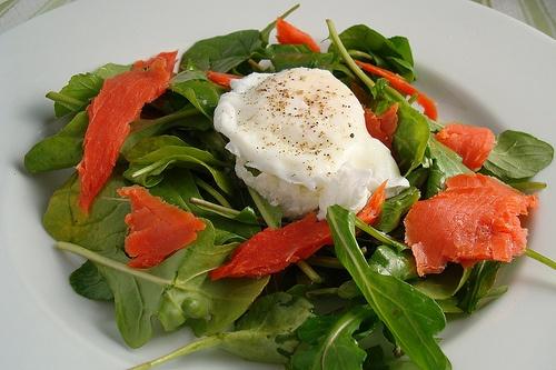 Ricetta Salmone affumicato in insalata con uovo e spinaci